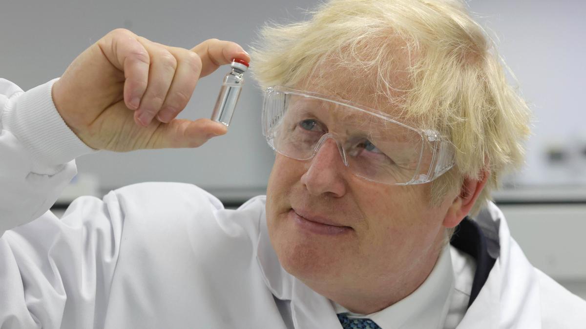 El primer ministro británico, Boris Johnson, sostiene la vacuna Oxford / AstraZeneca en una visita a la compañía farmacéutica Wockhardt.