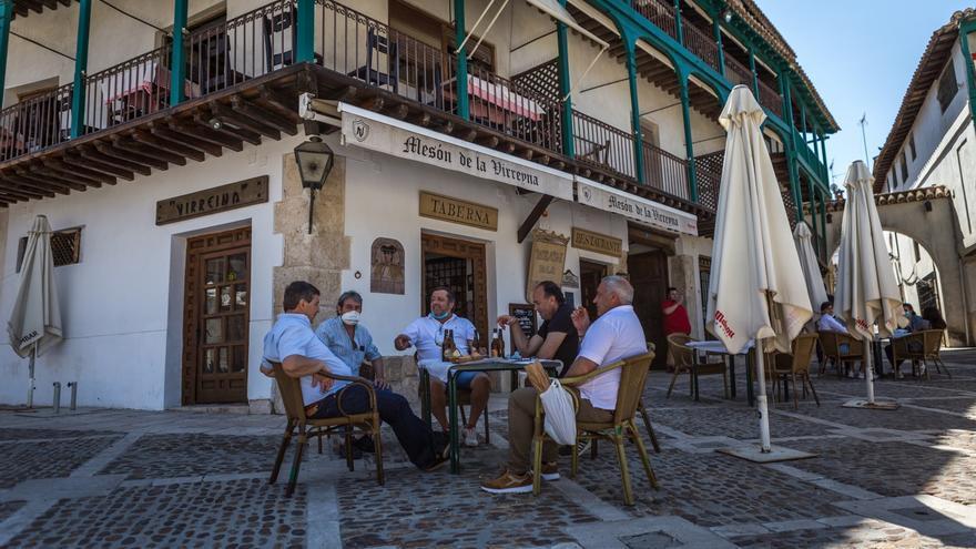 Varios hombres aprovechan que las terrazas ya están abiertas en Chinchón