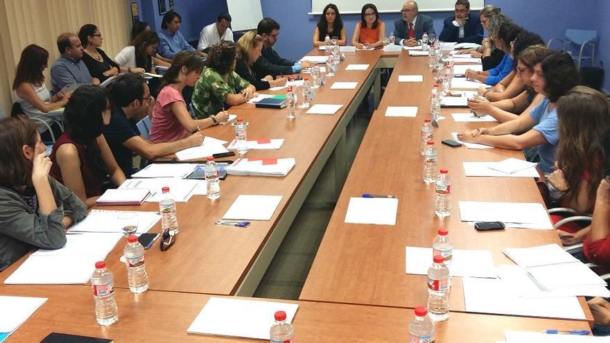 Imagen de la reunión de Mónica Oltra y Manuel Alcaraz con las ONG