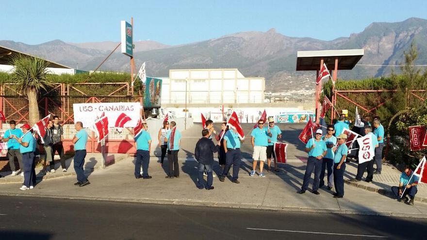 Trabajadores de Kalise manifestándose a las puertas de la delegación de Tenerife.