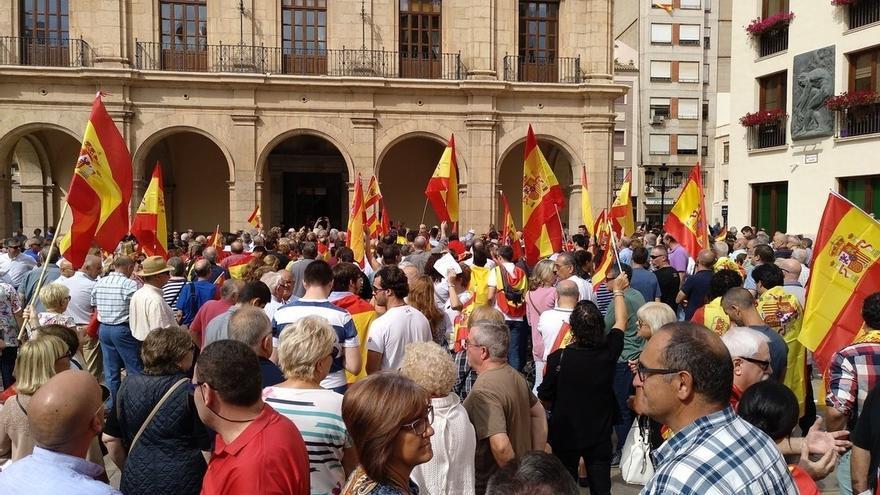 Un grupo de personas lanza papeletas del referéndum desde el tejado del Ayuntamiento de Castellón