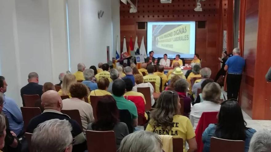Lleno de público en la sala MAC de Santa Cruz de Tenerife, en el debate sobre pensiones