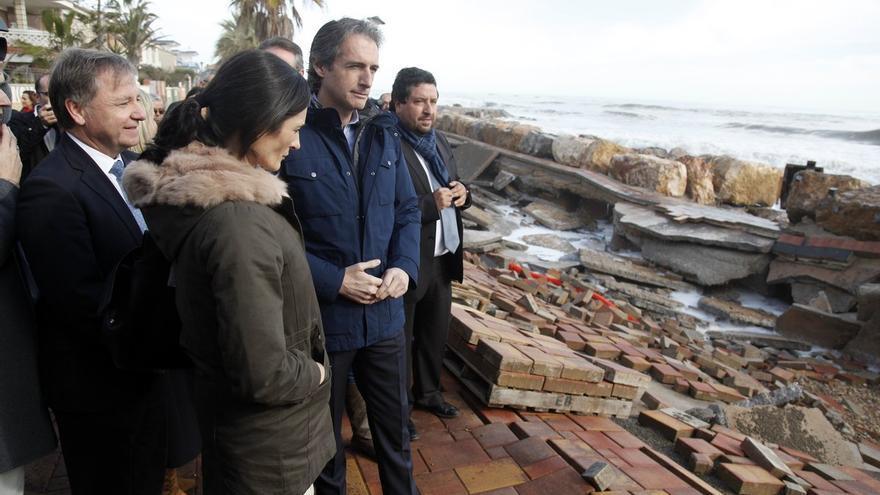 El ministro de Fomento, Íñigo de la Serna, ha visitado la playa de Almenara, una de las afectadas por el temporal