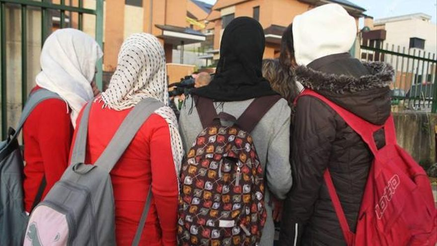 Varias alumnas con velo a la entrada de un colegio