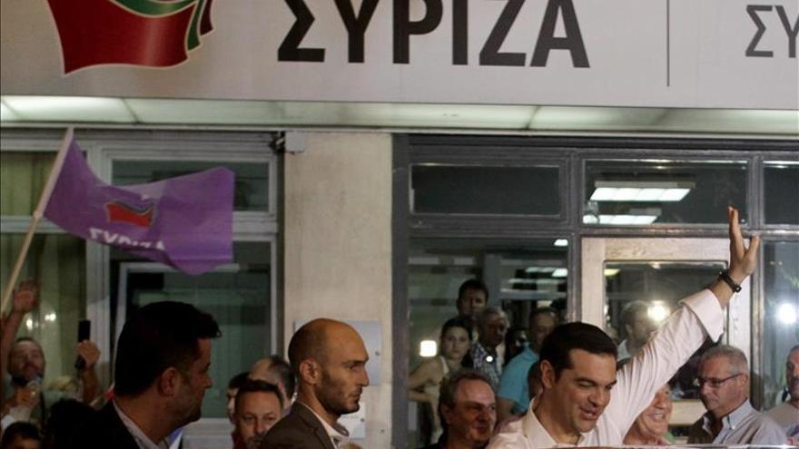 Tsipras saluda a los seguidores de Syriza. / Efe