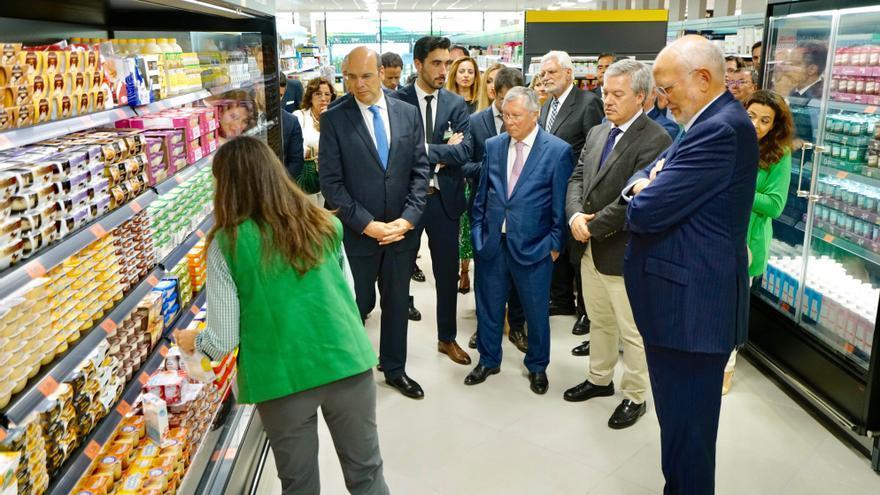 Pedro Siza Vieira, Luís Medeiros Vieira, Eduardo Vítor Rodrigues y Juan Roig, durante la visita a la primera tienda de Mercadona en Portugal.