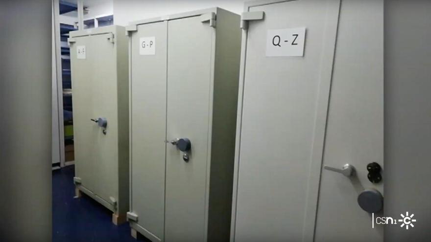 """Imagen difundida por Canal Sur Televisión de los archivadores de la agencia IDEA, que la Junta llama """"cajas fuertes""""."""
