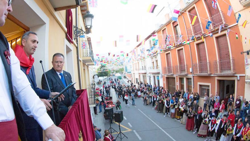 Mientras su presencia en Calp cada vez es menor, Sánchez sí tuvo tiempo de pronunciar el pregón de las fiestas patronales de Torremanzanas el pasado viernes por la tarde, como muestra la imagen