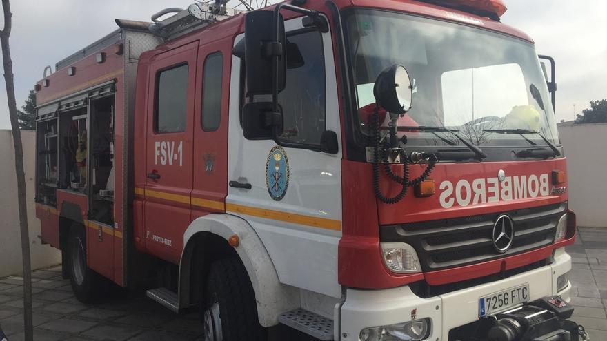Once personas rescatadas por un aparatoso incendio en un piso en la barriada de La Hispanidad