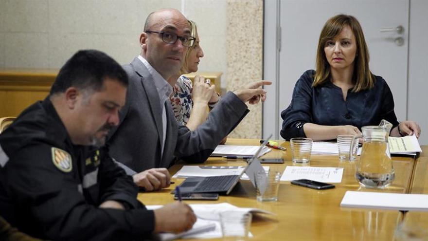 La consejera de Política Territorial, Sostenibilidad y Seguridad del Gobierno de Canarias, Nieves Lady Barreto (d), durante la reunión para cerrar la relación de medios incluidos en la campaña estival de lucha contra los incendios