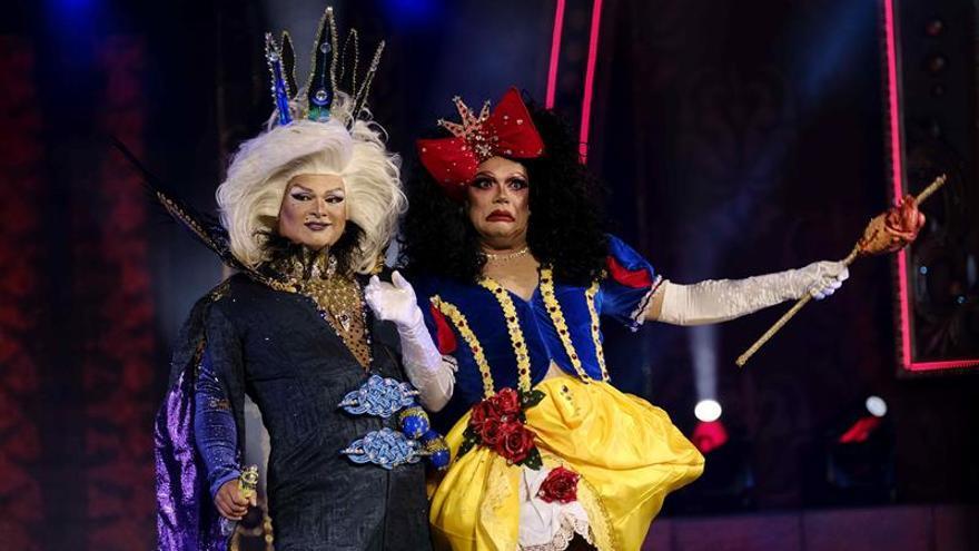 Drag Jou Jones y Drag Martika Dinamita, con la fantasía 'Te quiero tanto, tanto, que te mataría'. EFE/Angel Medina G.