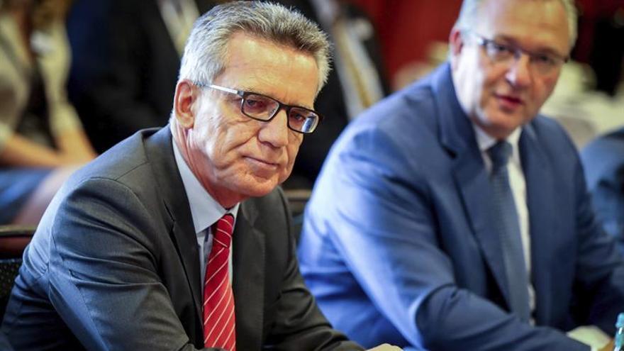 El ministro de Interior alemán, Thomas de Maiziere (izq), acompañado por durante una reunión del los responsables de Interior de los estados federados germanos de la Unión Cristianodemócrata (CDU) y la Unión Socialcristiana de Baviera (CSU) en Berlín (Alemania) hoy, 19 de agosto de 2016