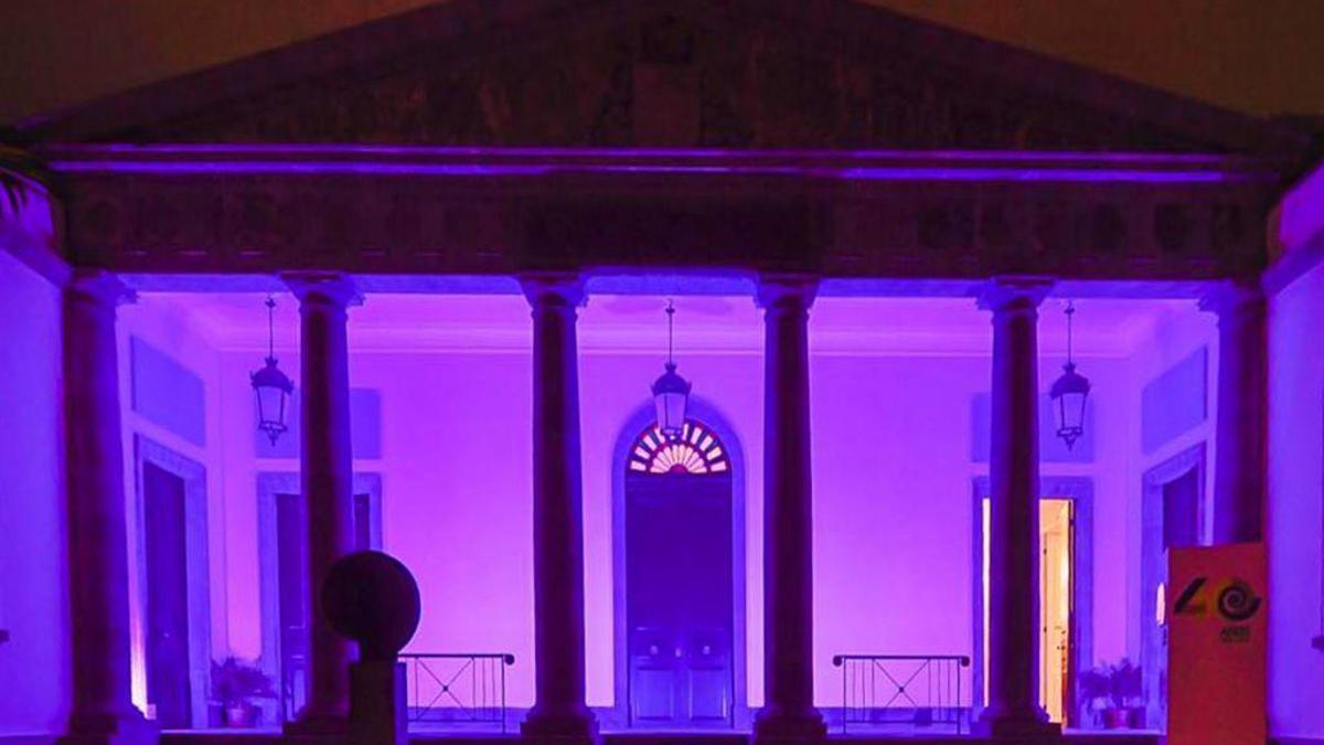 El Parlamento de Canarias se ilumina de violeta por el Día Internacional de las Mujeres.
