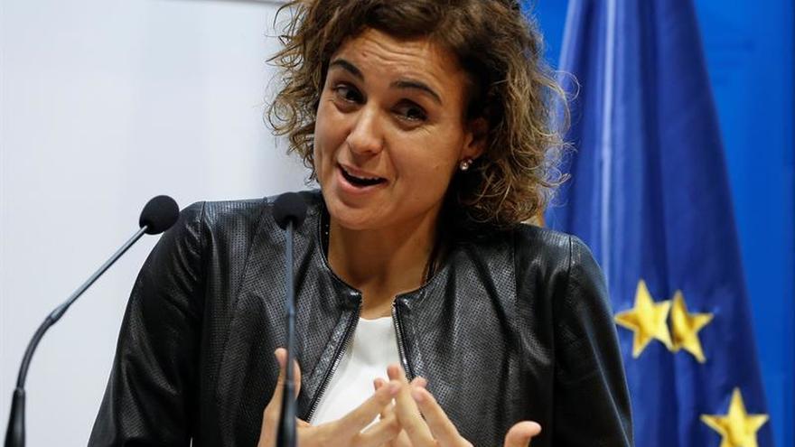 """La ministra de Sanidad se declara """"en deuda"""" con los profesionales médicos"""