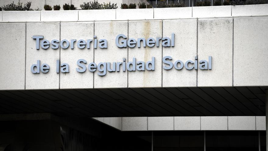 Archivo - Entrada de la sede de la Tesorería General de la Seguridad Social