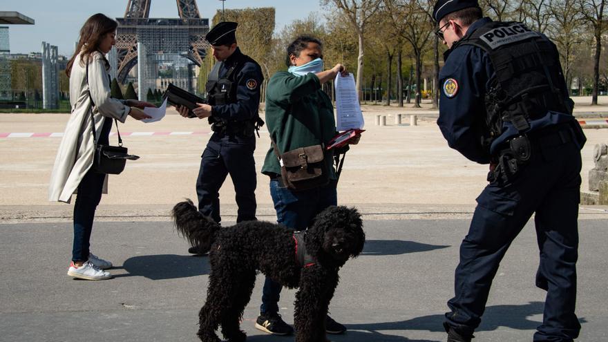 La Policía francesa realiza controles en las calles de París durante las semanas de confinamiento.