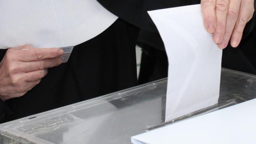 Los indecisos se debaten entre PP y PSOE, y entre PSOE e IU, según el CIS