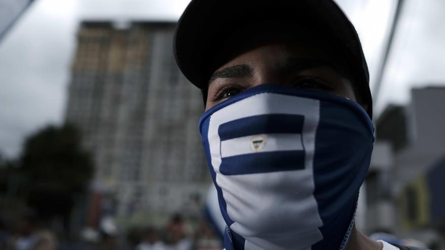 """Un grupo de nicaragüenses protesta este miércoles en las afueras de la Embajada de Nicaragua en San José (Costa Rica) para exigir la liberación de quienes consideran """"presos políticos"""""""