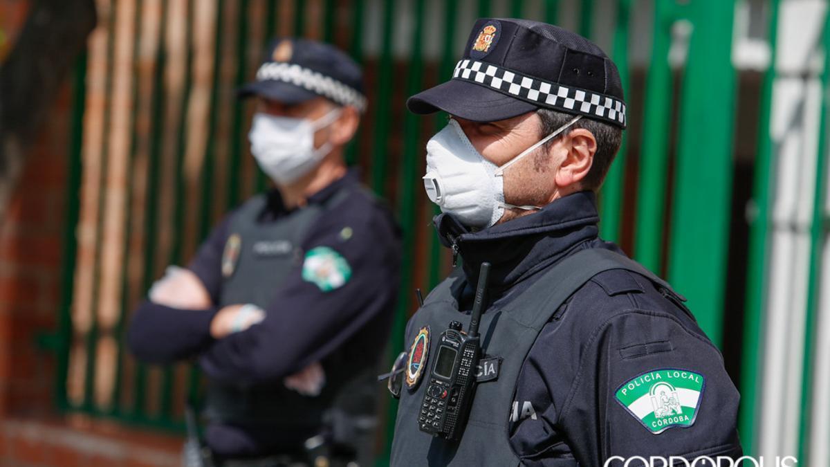 Dos agentes de la Policía Local   MADERO CUBERO