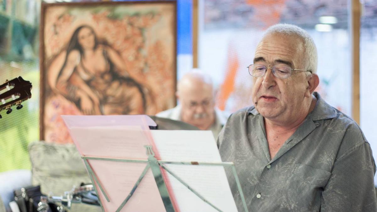 Antonio Casares, en la librería DLibros, en Torrelavega.