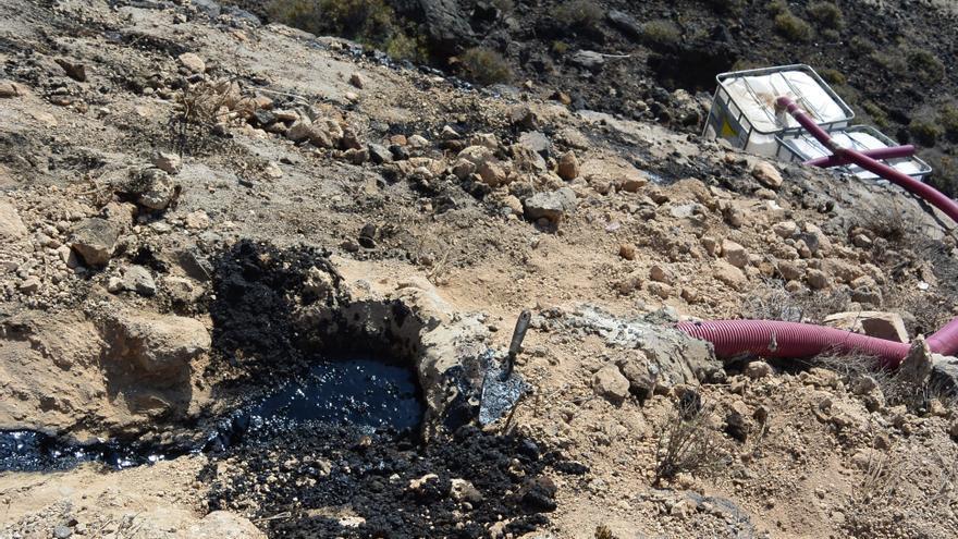 Lugar afectado por el vertido este martes, en la ladera costera junto al solar que ocupa la lavandería en el polígono industrial