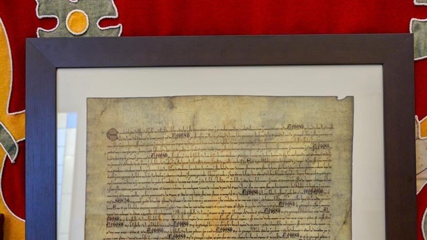 Badajoz regala a Felipe VI, Rebelo de Sousa, Pedro Sánchez y Antonio Costa el facsímil del Tratado de Badajoz