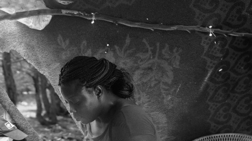 Marie, en su tienda, con los bosques de Oujda al fondo / Jesús Blasco de Avellaneda