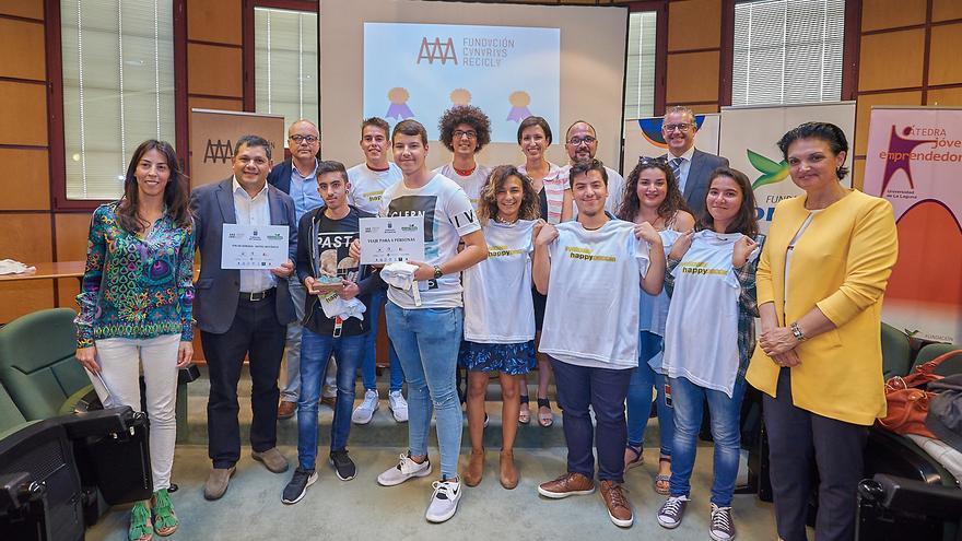 Foto de familia con los alumnos premiados en el certamen 'Crea y Recicla' 2017