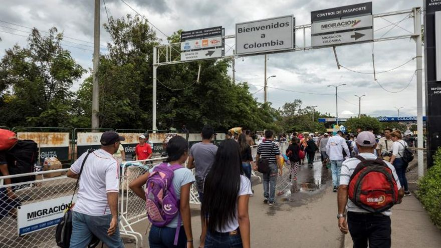 Visitantes ingresan a territorio colombiano el 12 de octubre de 2019 por el puente Simón Bolívar que conecta el estado Táchira (Venezuela) y el de Norte de Santander (Colombia).
