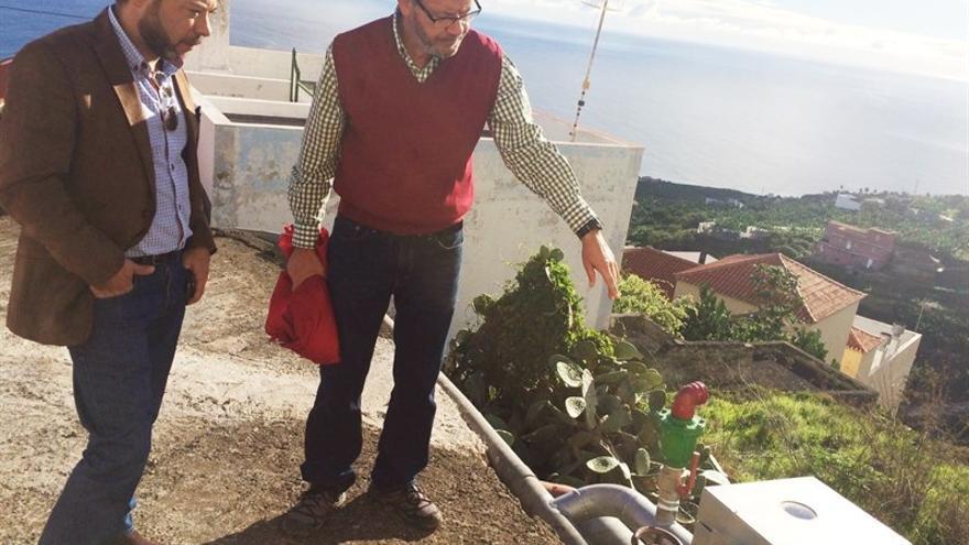 El director general de Agricultura del Gobierno de Canarias, César Martín (i), durante la visita realizada este miércoles a las obras de mejora de la red de riego de Los Sauces.