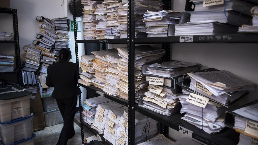 Una trabajadora del Instituto de la Defensa Pública Penal revisa el archivo de los procesos penales. El Instituto tiene una unidad de género, que acumula 1400 expedientes relacionados con mujeres de la capital del país.