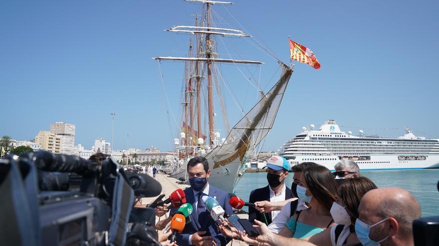 Juanma Moreno atiende a los medios de comunicación tras la recepción al Buque-Escuela Juan Sebastián Elcano en Cádiz.