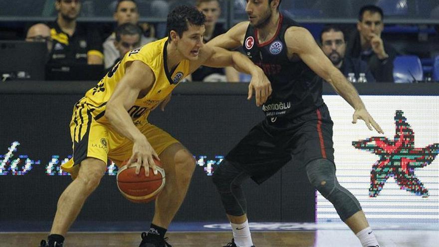 El jugador del Iberostar Tenerife Rodrigo San Miguel intenta superar a Can Ugur Ogut, del Gaziantep. EFE/Cristóbal García