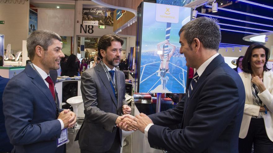 El presidente del Cabildo de Tenerife, Carlos Alonso (centro) saluda al presidente canario, Fernando Clavijo (d) en la WTM