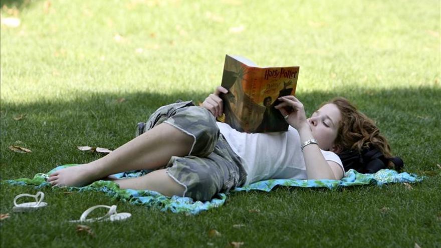 Los españoles leen más que hace 20 años y prefieren el papel, según una encuesta