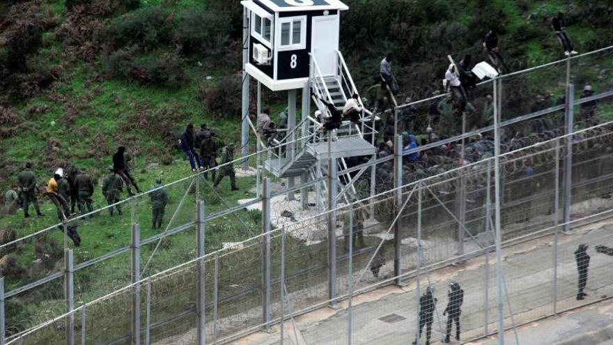 Unos 400 inmigrantes entran en Ceuta tras un salto masivo a la valla