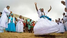Las danzas y cantos rituales marcan el ritmo en la playa de Rio Vermelho.