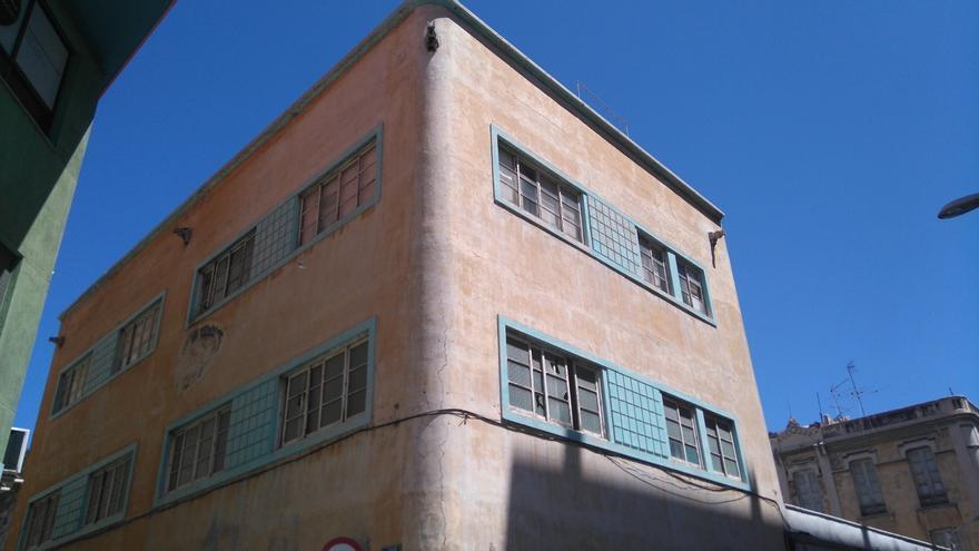 El edificio del nº 29 de Puerta Canseco, de arquitectura histórica racionalista y proyectado por José Enrique Marrero Regalado (1949)