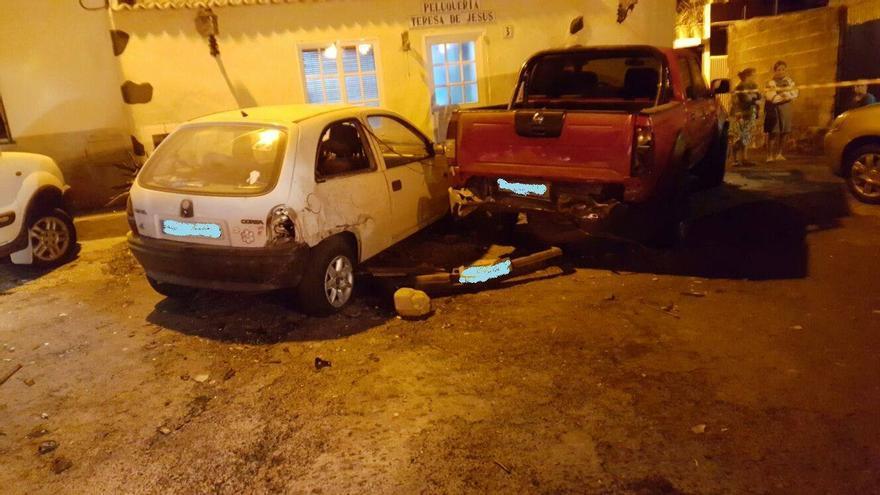 El coche impactó con varios vehículos estacionados. Foto: BOMBEROS LA PALMA.