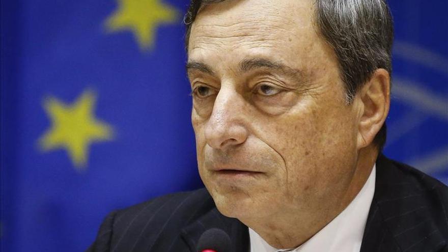 Draghi asegura que los bancos ya reducen sus intereses y aumentan los préstamos
