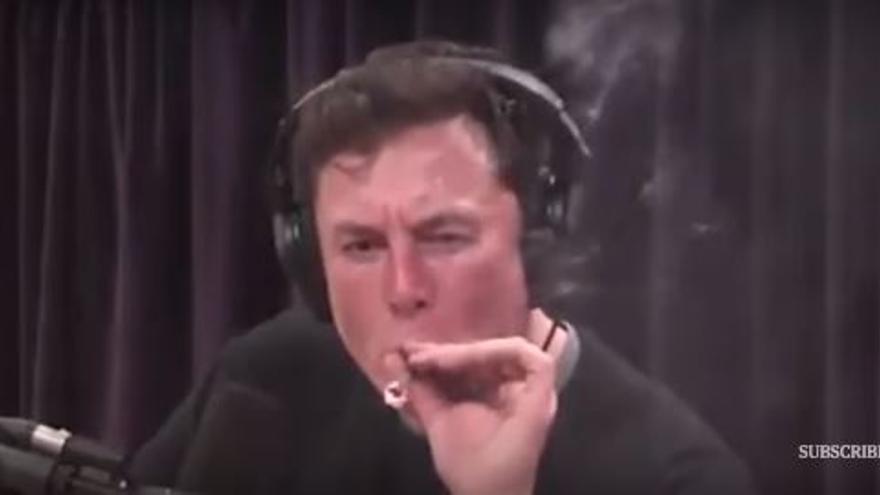 Elon Musk fumando un porro en una entrevista
