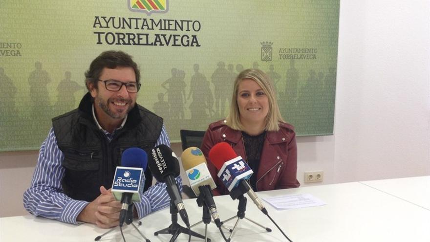 La concejala de Cultura, Cristina García Viñas, junto al coordinador del Aula Poética José Luis Hidalgo, Carlos Alcorta.