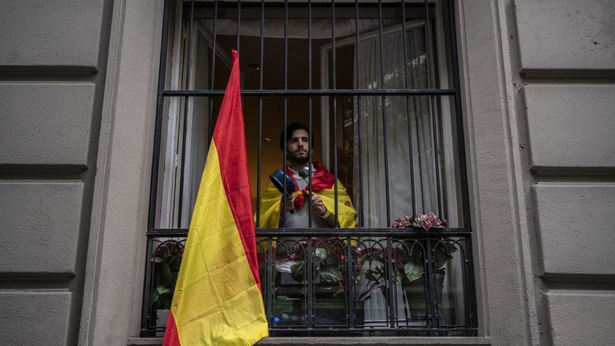 Un hombre con una cacerola protestando contra el confinamiento en Madrid.