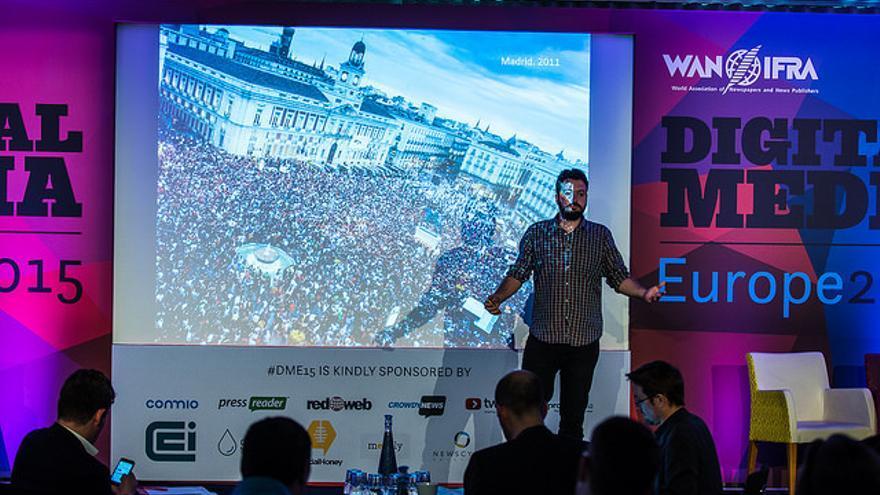 Juan Luis Sánchez explicando en Digital Media Europe 2015 el clima social y político tras el que nace eldiario.es
