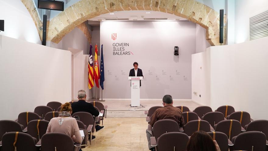 El portavoz del Govern y conseller de Modelo Económico, Turismo y Trabajo, Iago Negueruela, en una rueda de prensa.