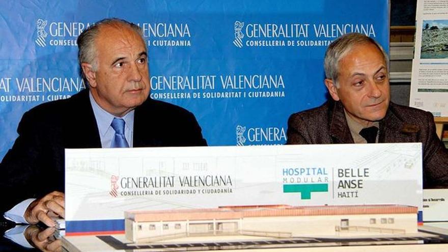 Rafael Blasco y uno de sus altos cargos, Josep Maria Felip, junto a la maqueta del hospital que nunca se hizo en Haiti.
