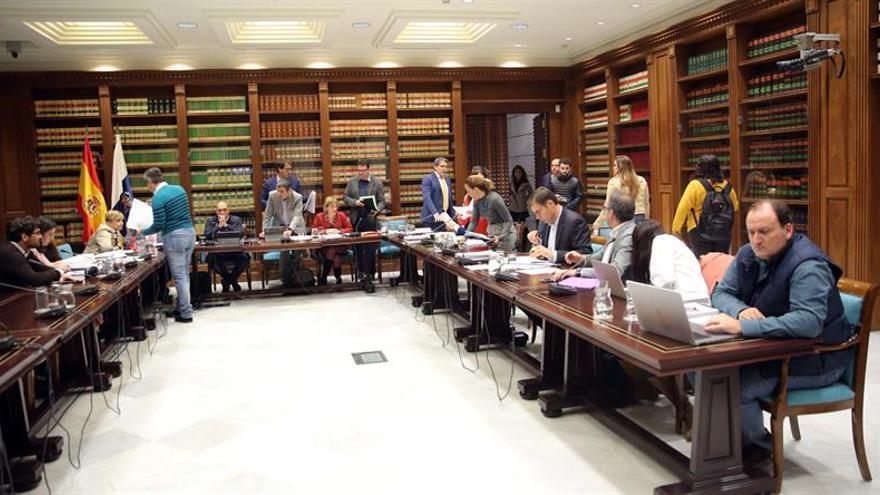 La comisión de Presupuestos y Hacienda del Parlamento de Canarias debatió este lunes el dictamen sobre el proyecto de ley de Presupuestos. EFE/ Cristóbal García