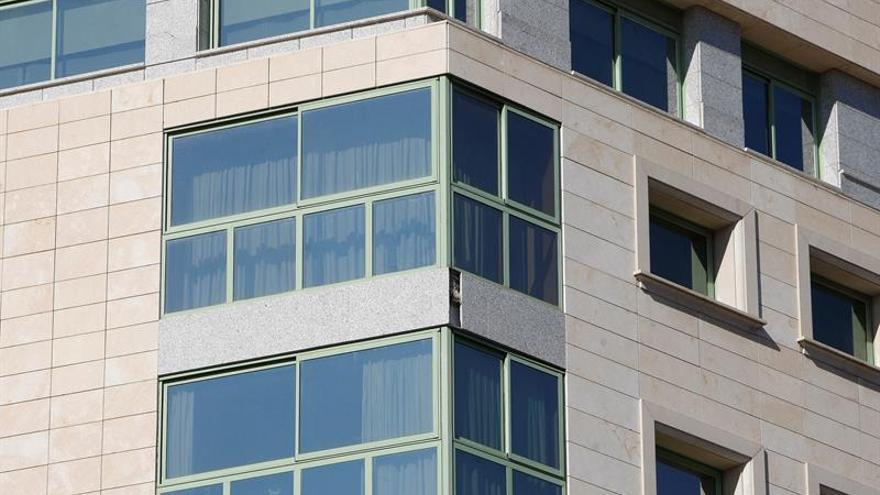 Rescatan a niña que estaba colgando de balcón de un séptimo piso en Alicante