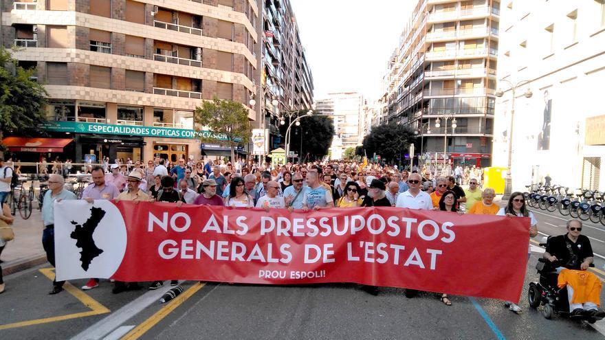La marcha contra los presupuestos de Rajoy a su paso por la calle Colón de Valencia