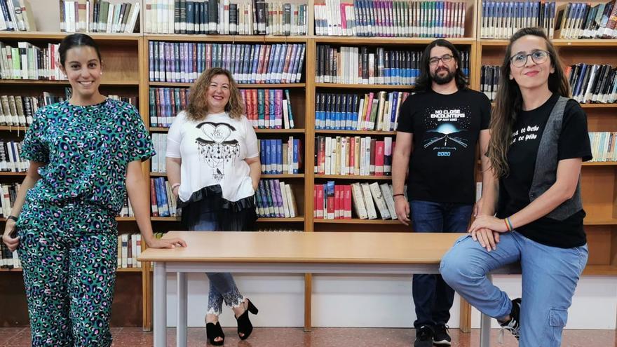 Patricia Figuero (d) en la Biblioteca Municipal de Los Llanos.